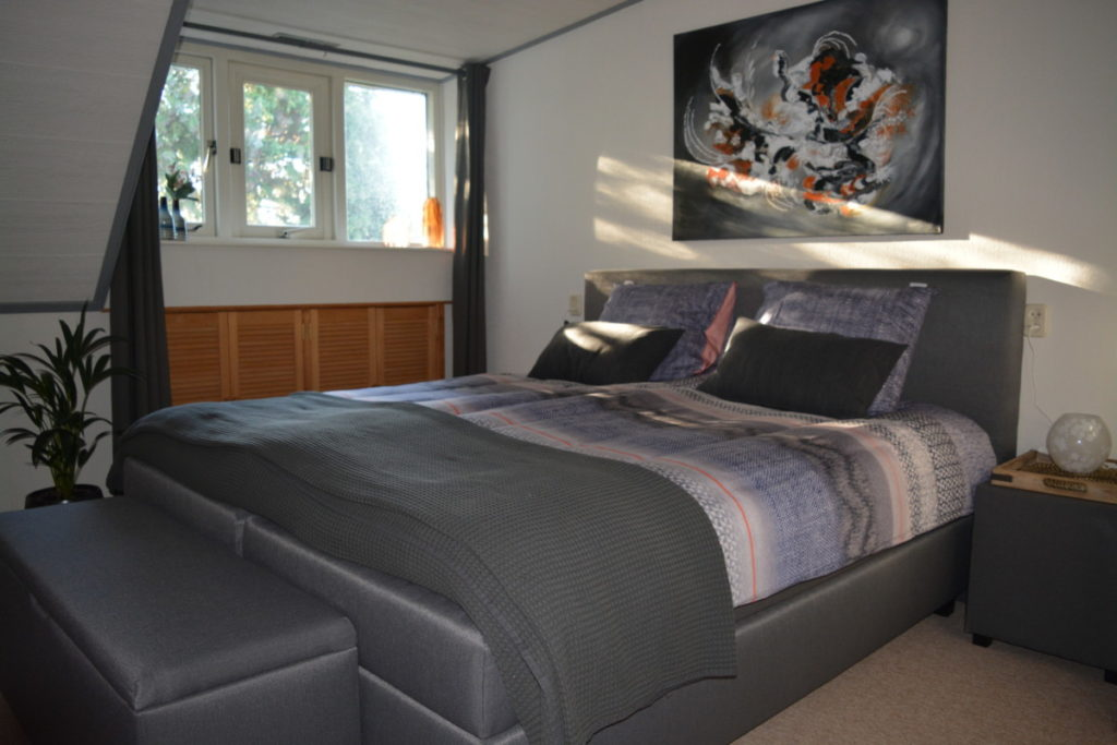 kingsize bed in oranje kamer
